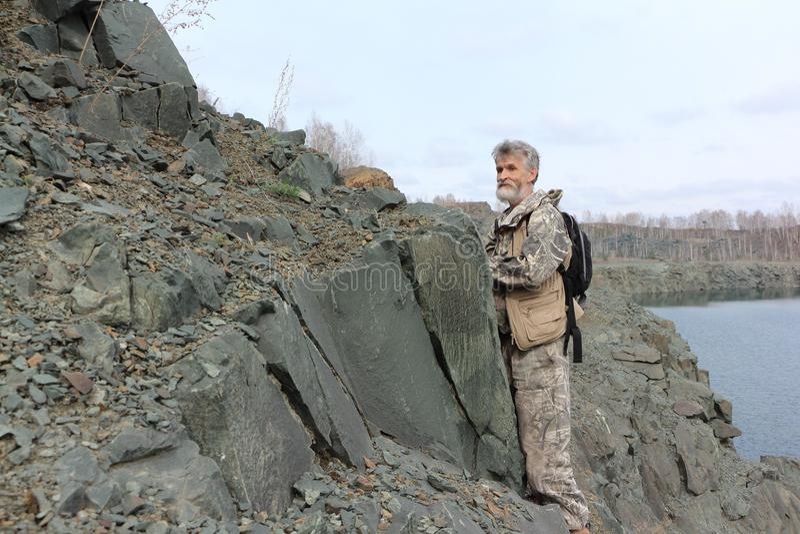 Obsługuje pozycję przy skałą na brzeg zalewający łup zdjęcie stock