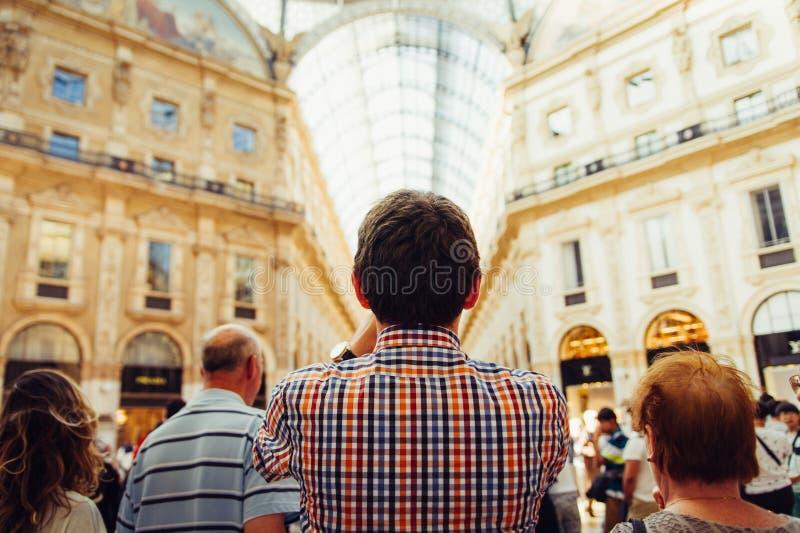 Obsługuje pozycję w zatłoczonej vittorio Emanuele galerii w Milan obrazy stock