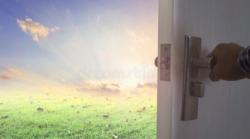Obsługuje próbować otwarte drzwi nowy lepszy świat zdjęcie royalty free