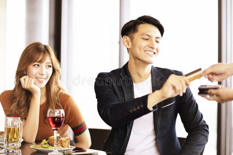 obsługuje przechodzić jego kredytową kartę kelner w restauraci zdjęcie royalty free
