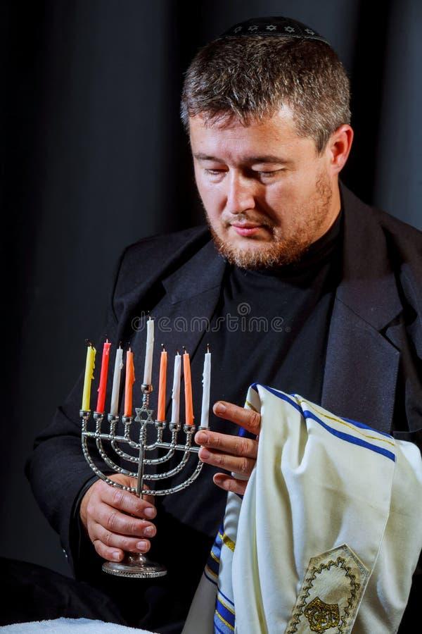 obsługuje ręk oświetleniowe świeczki w menorah na stole słuzyć dla hanukka zdjęcia stock