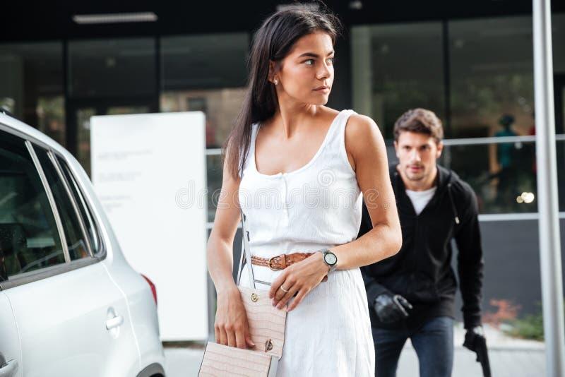 Obsługuje rabusia z armatni podążać i podkradać się młoda kobieta fotografia royalty free