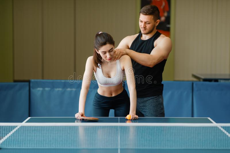 Obsługuje robić masażowi kobieta, śwista pong szkolenie obraz royalty free