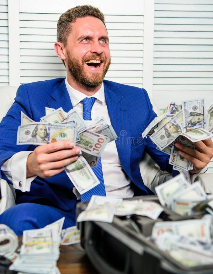 Obsługuje rozochoconego szczęśliwego biznesmena z palowymi dolarowymi banknotami Zysku i bogactwa pojęcie Biznesmena kostiumu for zdjęcia stock