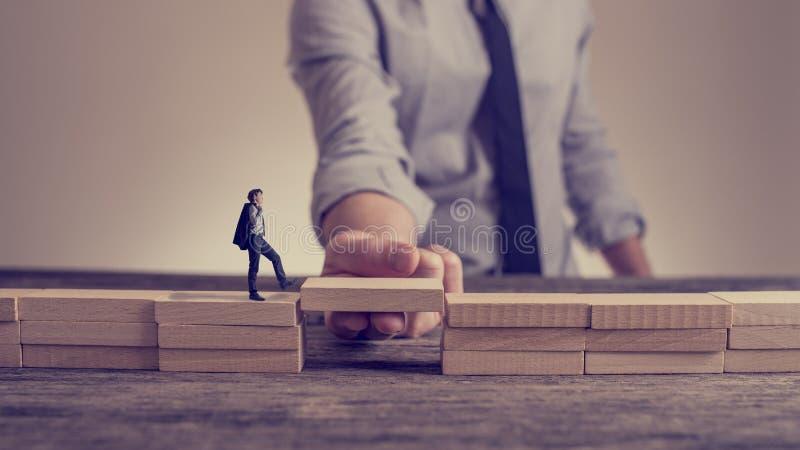 Obsługuje rozwiązywać problemy budować most z drewnianym blokiem zdjęcia stock