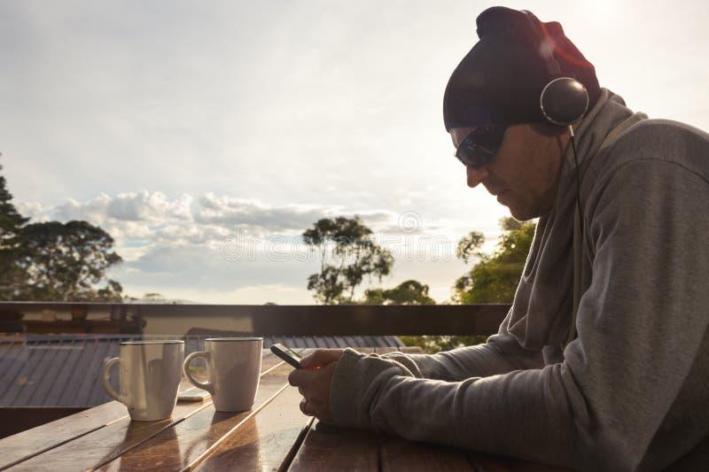Obsługuje słuchanie muzyka na raźnie weekendowym ranku zdjęcia royalty free
