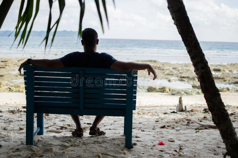 Obsługuje Siedzącego na ławce samotnie blisko Seashore zdjęcia royalty free