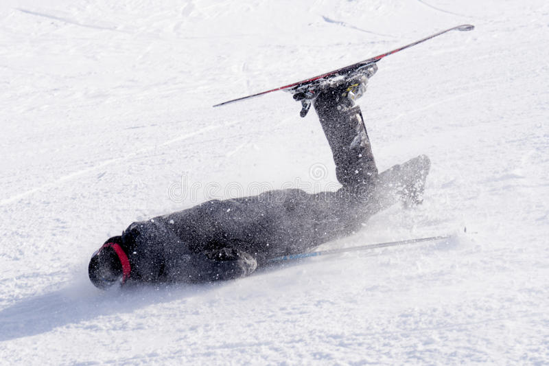 Obsługuje spadać na zimnym śniegu w narciarskim trzasku przy Sierrna Nevada kurortem w Hiszpania w zima sporta wypadku pojęciu obraz stock
