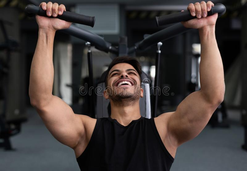 Obsługuje stażowy ciężkiego, robić treningowi przy sprawności fizycznej gym zdjęcia royalty free