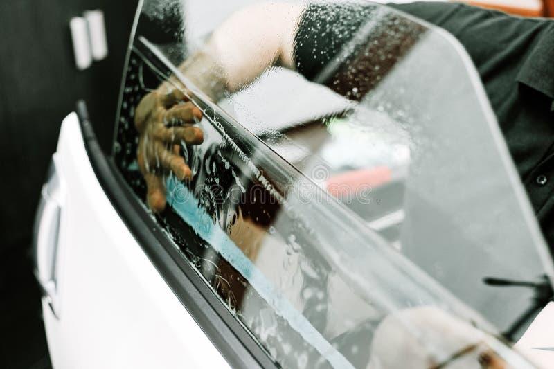 Obsługuje stosować zabarwiający film na samochodowym okno fotografia stock