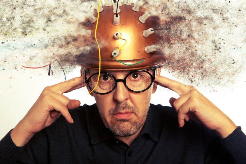 Obsługuje szalonego nowatora jest ubranym hełma mózg badanie obraz stock