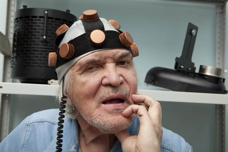 Obsługuje szalonego nowatora jest ubranym hełma mózg badanie zdjęcia stock
