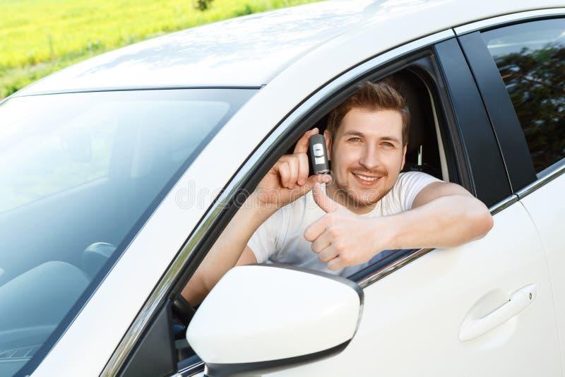 Obsługuje thumbing up w samochodzie z alarmowym systemem obraz royalty free