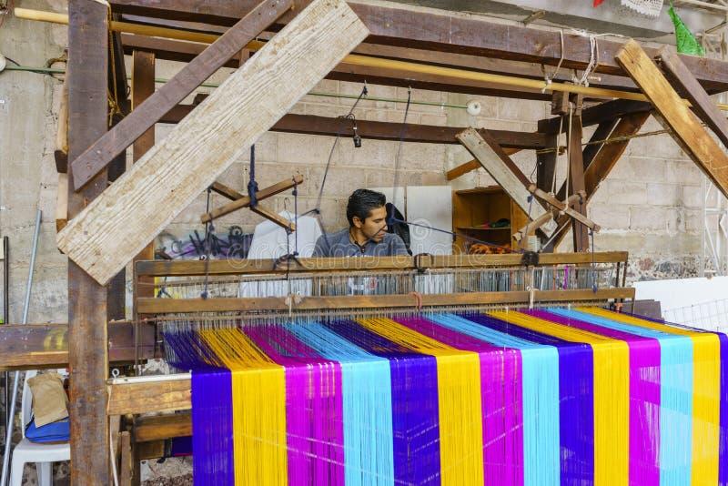 Obsługuje tkactwo bawełnę w starej traditioan maszynie zdjęcie stock