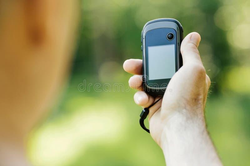 Obsługuje trzymać GPS planu w jego ręce i odbiorcy fotografia royalty free