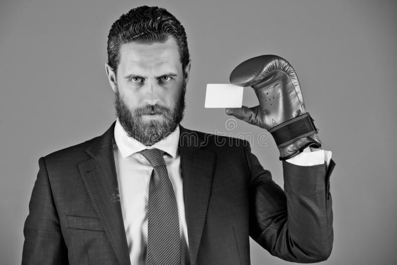 Obsługuje trzymać kredytową kartę w garniturze, czerwona bokserska rękawiczka zdjęcia royalty free