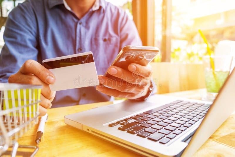 Obsługuje trzymać kredytową kartę w ręce i wchodzić do ochrona kodu używać fotografia royalty free