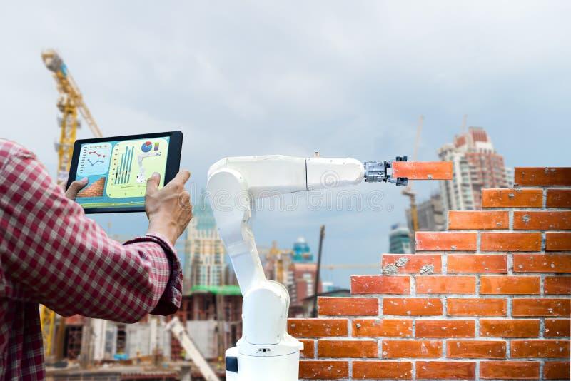 Obsługuje trzymać pastylki pilot do tv robota Mądrze przemysłu 4 (0) ręka ceglanego domu budowy ludzkich sił fotografia stock