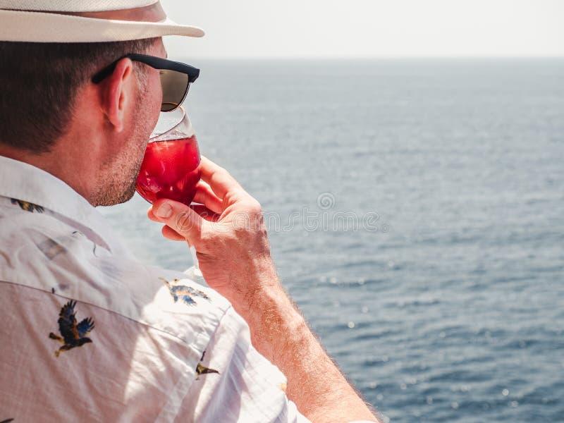 Obsługuje trzymać pięknego szkło różowy wino fotografia stock
