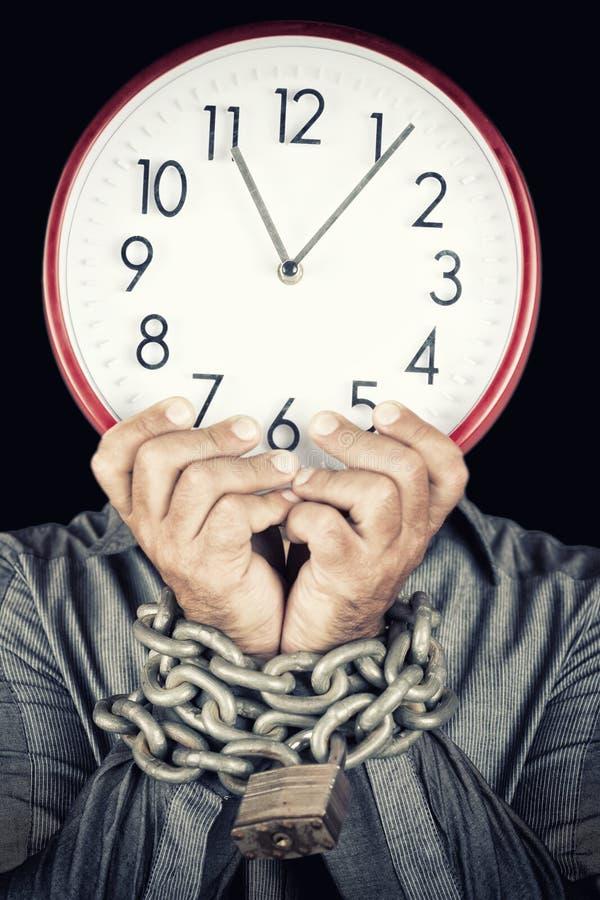 Obsługuje trzymać zegar przykuwający zamiast jego twarzy z jego rękami obraz royalty free