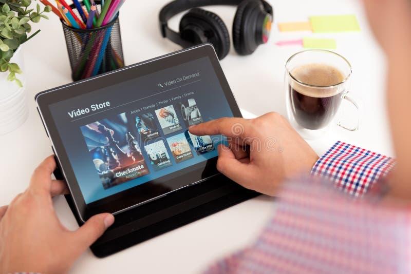Obsługuje używać cyfrową pastylkę dla oglądać film na VOD usługa obrazy stock