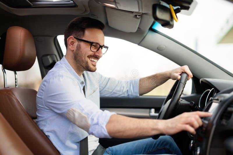 Obsługuje Używać Gps system nawigacji W samochodzie podróżować zdjęcie royalty free