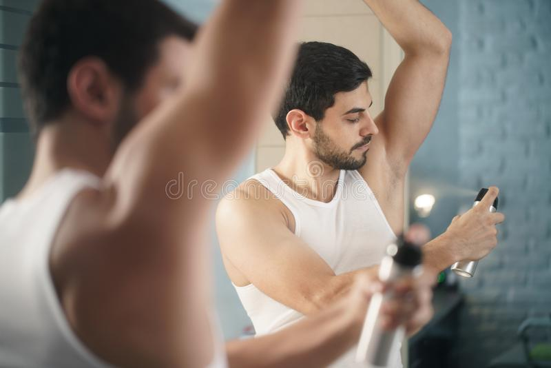 Obsługuje używać kiść dezodorant dalej dla złego odoru underarm zdjęcie stock