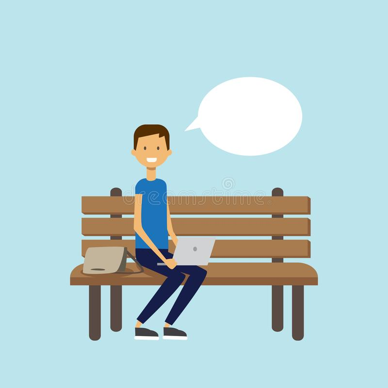 Obsługuje używać laptop siedzi drewnianej ławki gadki bąbla charakter folującą długość nad błękitnym tła mieszkaniem ilustracji