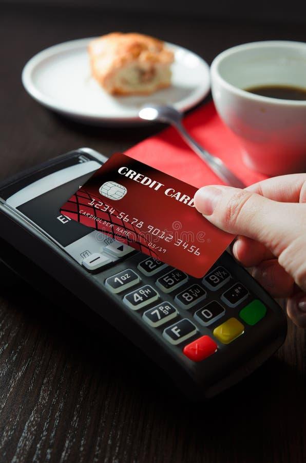 Obsługuje używać płatniczego terminal z NFC technologią w bufecie obraz stock
