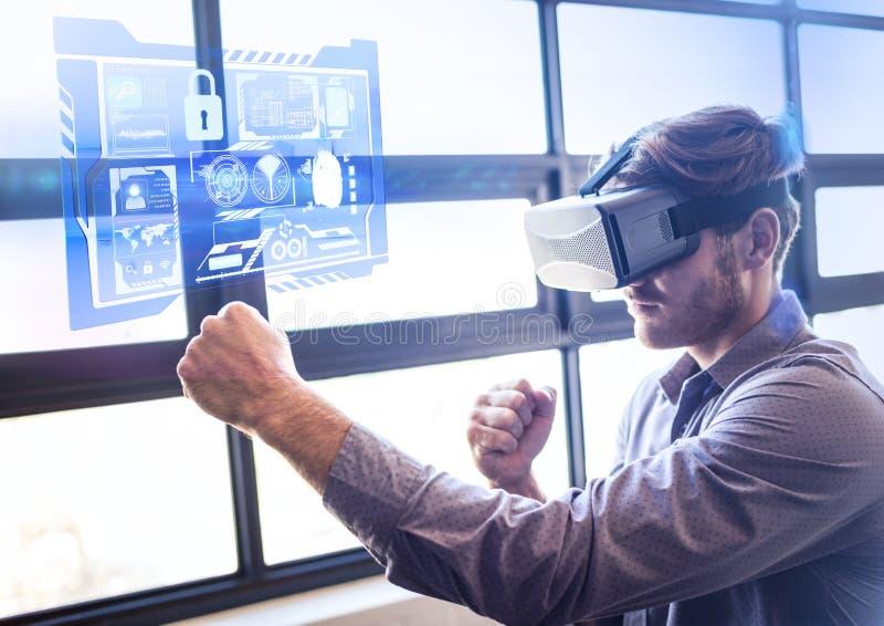 Obsługuje uderzać pięścią lotniczą jest ubranym VR rzeczywistości wirtualnej słuchawki z interfejsem fotografia stock