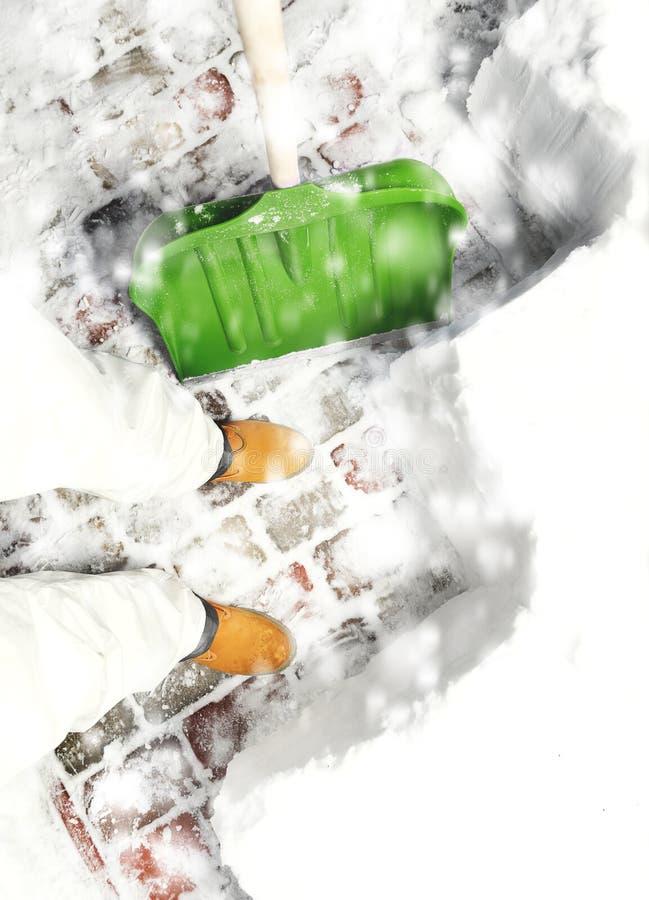 Obsługuje usuwać śnieg na podwórku z łopatą podczas opadu śniegu obrazy stock