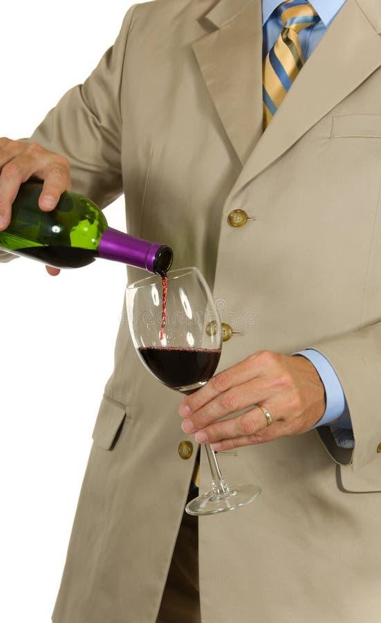 Obsługuje W Kostiumu Dolewania Winie Bezpłatne Zdjęcia Stock