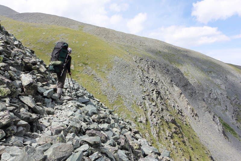 Obsługuje wspinać się ślad na przepustce Kara-Turek, Altai góry, Rosja fotografia royalty free