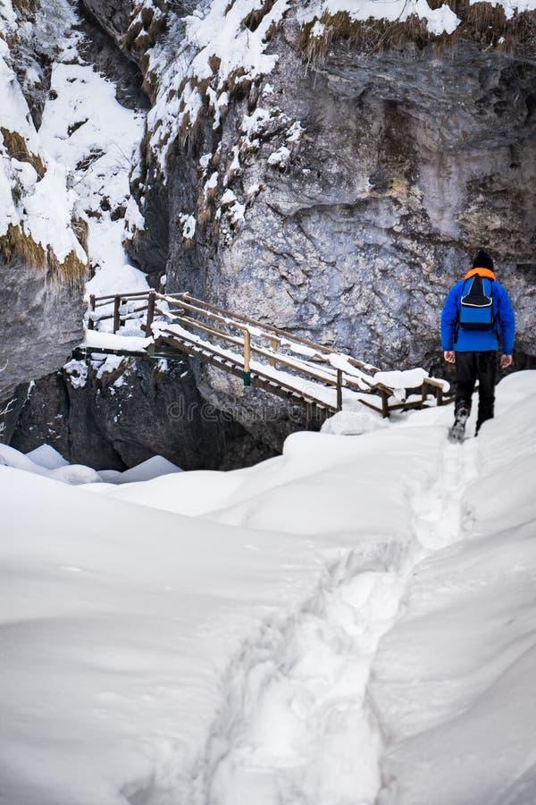 Obsługuje wycieczkować przez głębokiego śniegu schodki w wąwozie Baerenschuetzklamm fotografia stock