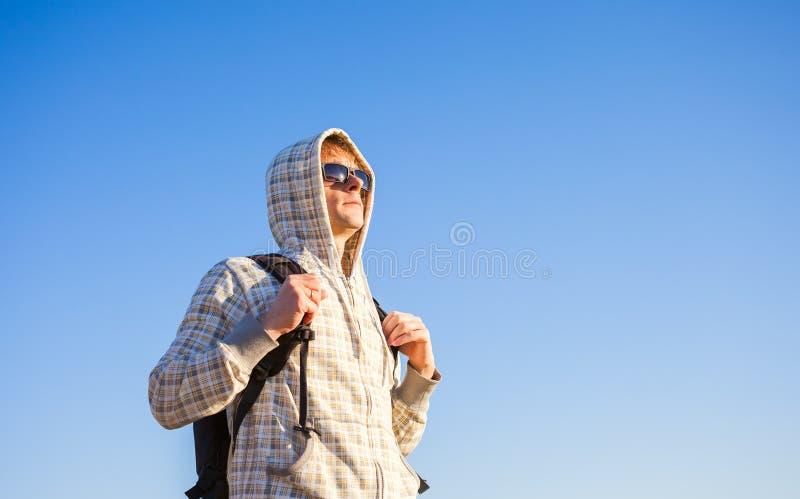 Obsługuje wycieczkowicza mienia plecaka i patrzeć zmierzch obraz stock