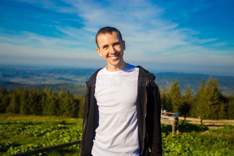 Obsługuje wycieczkowicza relaksuje na górze wzgórza i podziwia pięknego halnego dolinnego widok zdjęcie stock