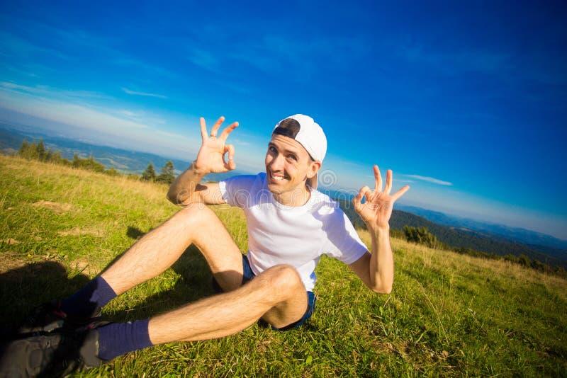 Obsługuje wycieczkowicza relaksuje na górze wzgórza i podziwia pięknego halnego dolinnego widok fotografia royalty free
