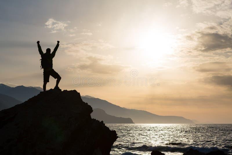 Obsługuje z rękami szeroko rozpościerać świętuje góra wschód słońca obrazy stock
