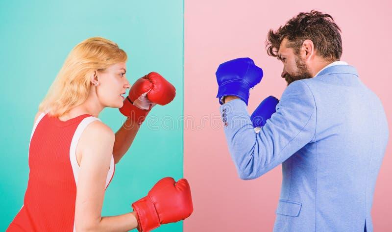 Obs?uguje formalnego kostium i sportow? kobieta boksu walk? Para w mi?o?ci wsp??zawodniczy w boksie ?e?scy i m?scy boksery walczy obraz royalty free