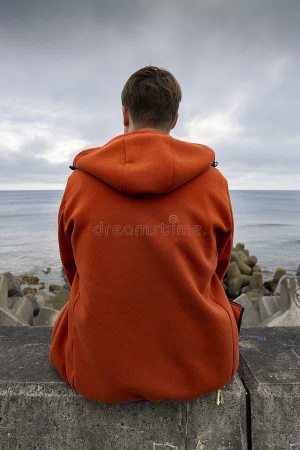 Obs?uguje pozycj? obok oceanu patrzeje nad nadmorski zdjęcia royalty free