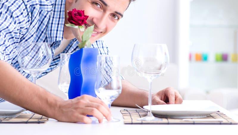 Obs?uguje samotnego narz?dzanie dla romantycznej daty z jego sympati? obrazy royalty free