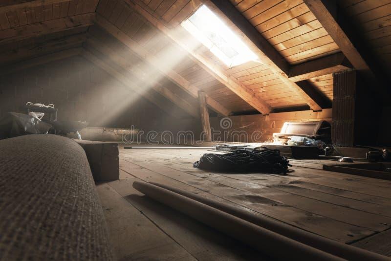 Obscurcissez le grenier avec les rayons légers à la fenêtre image stock