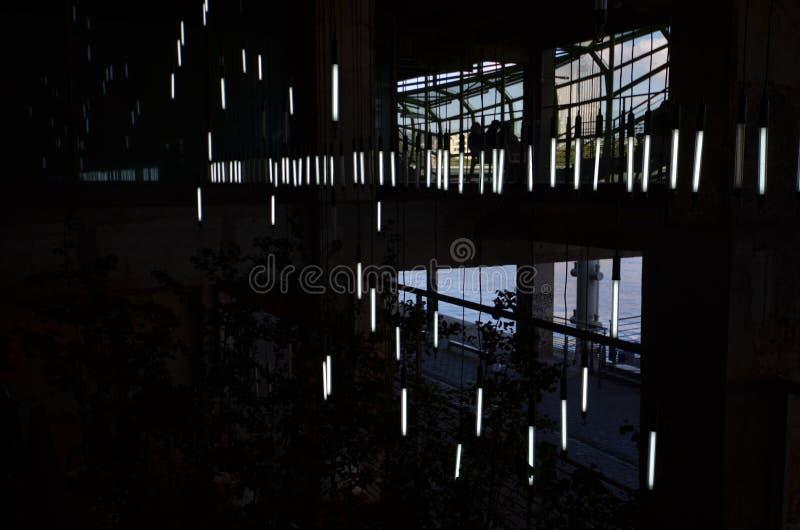 Obscure lumière. Néon lampe blanc noir jour black White lights royalty free stock photos