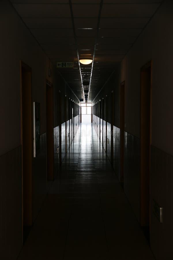 Obscuridad para encender el pasillo imagen de archivo