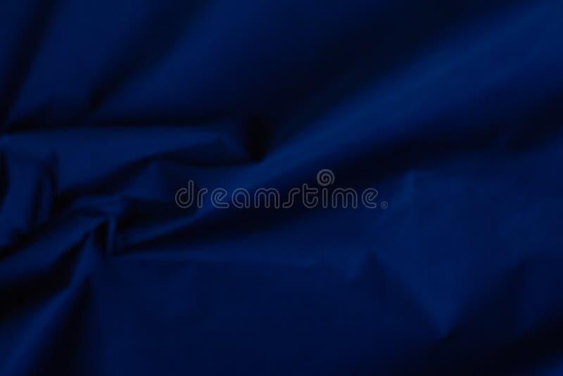 Obscuridade da tela da fábrica - textura azul de veludo imagens de stock royalty free