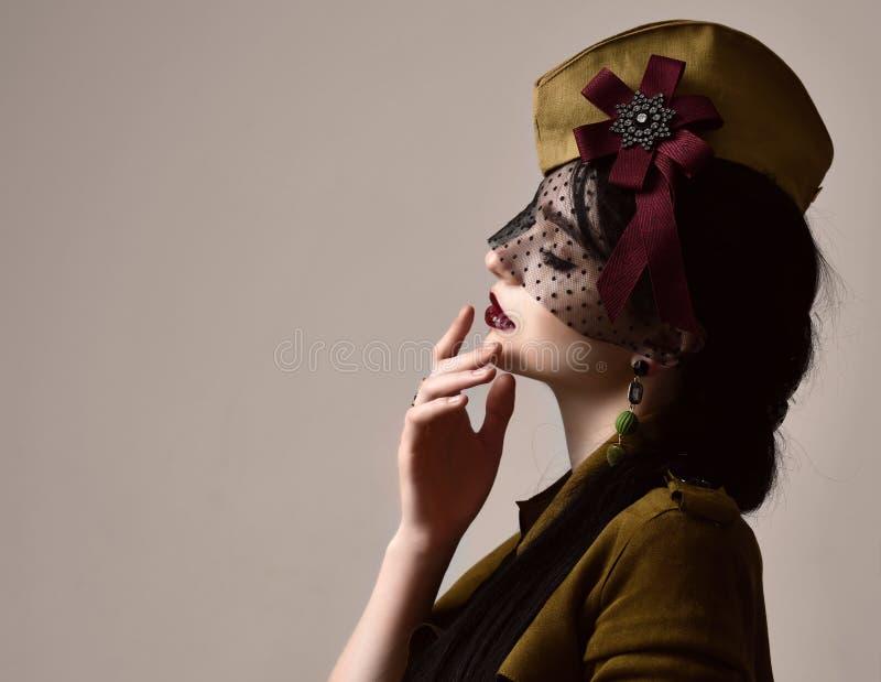 Obscuridade militar de pano da forma bonita do desgaste de mulher - uniforme verde do chapéu no dia do feriado vitória do 9 de ma fotografia de stock