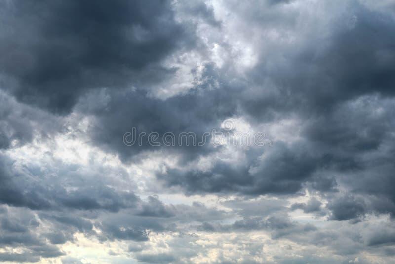 A obscuridade nubla-se o céu - cloudscape do clima de tempestade foto de stock