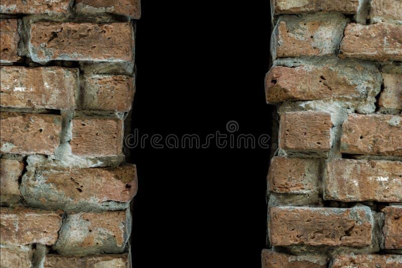 Obscurité derrière le créneau de mur de briques photographie stock