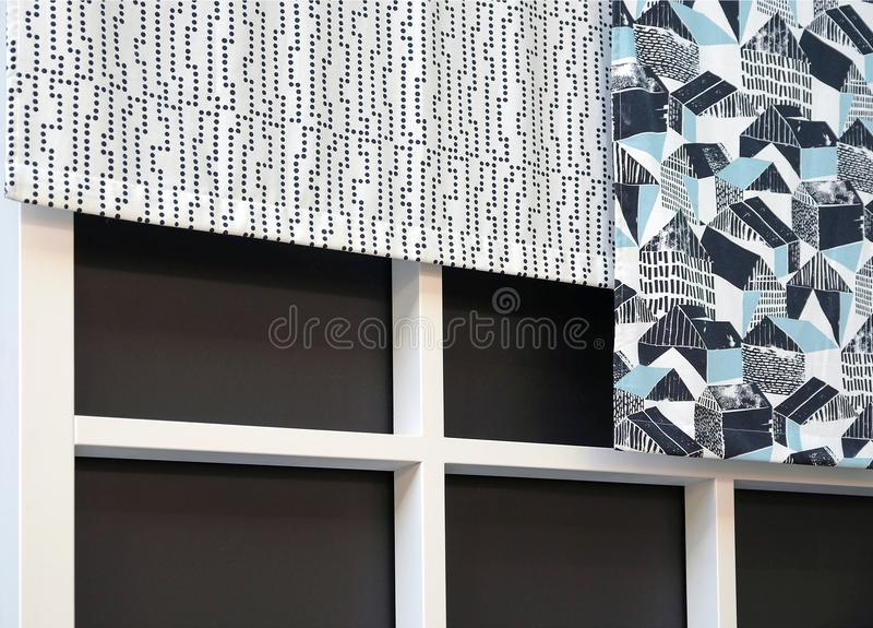 Obscurité et couleurs claires de rideaux en tissu images libres de droits