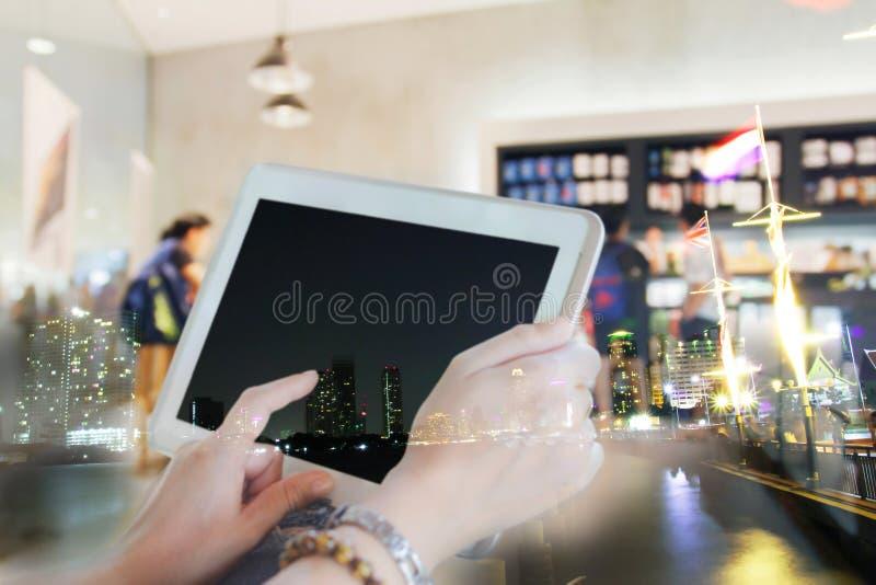 Obscuro das mulheres de Ásia que usam a tabuleta e as mulheres de negócios que usam o toque fotos de stock royalty free